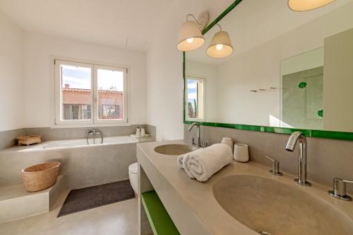 Bathroom with bath tub and daylight