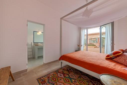 Guest bedroom with bathroom en suite