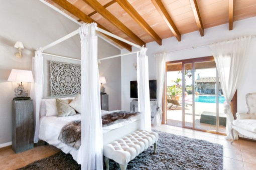 Comfortable double-bedroom with terrace access