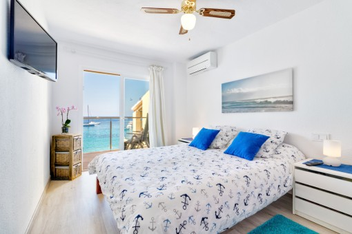 Double-bedroom with balcony access