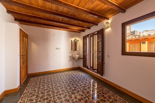 Lovely bedroom with Mallorca-tiled floor