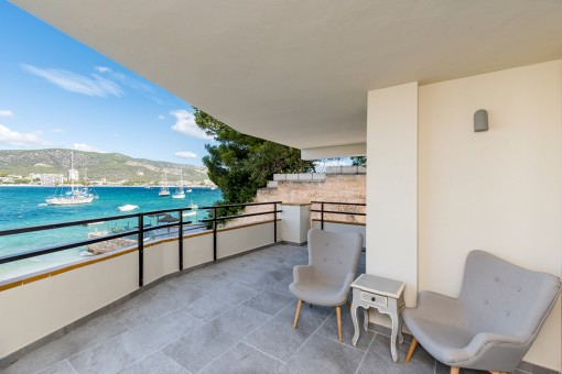 Three-bedroom apartment in first sea-line with direct beach access in Torrenova