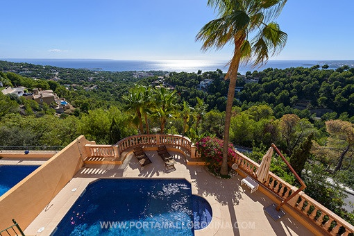 Panoramic view of the sea and the pool