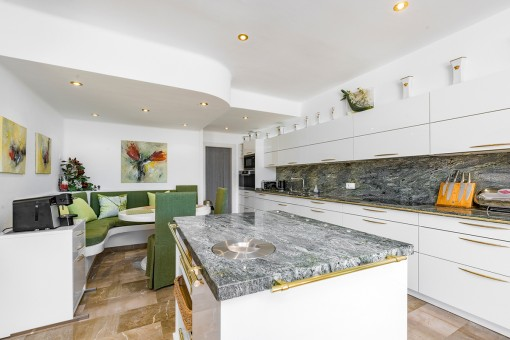 Fully equipped kitchen with cooking islandand marble work-top