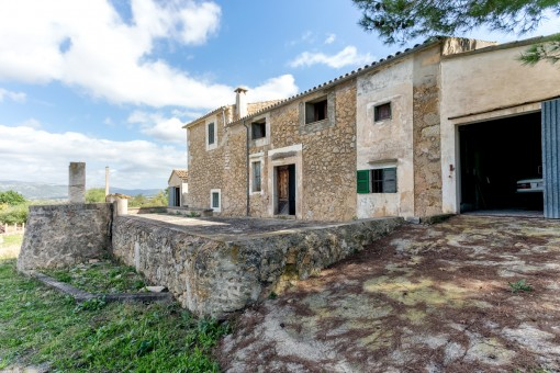 Old Mallorcan country estate in Selva with a number of buildings requiring renovation and incomparable views