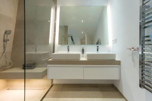 Minimalistic bathroom with walki-in shower