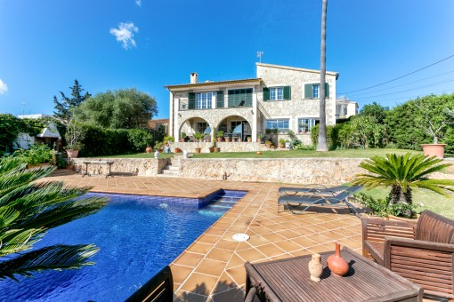 Wonderful, stone-clad detached house in Sa Cabaneta with pretty garden and beautiful views of the bay of Palma