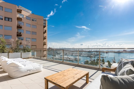Sunny lounge area on the roof terrace