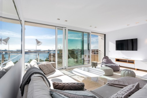Light-flooded living area with panoramic windows