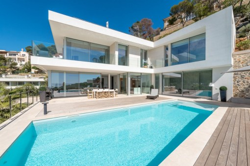 Modern, timeless newly-built villa with...
