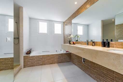 One of 4 modern bathrooms
