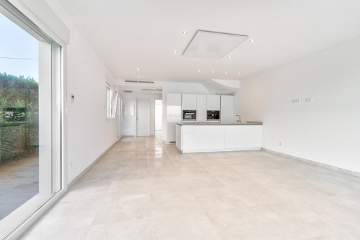 Spacious unfurnished living and dining area