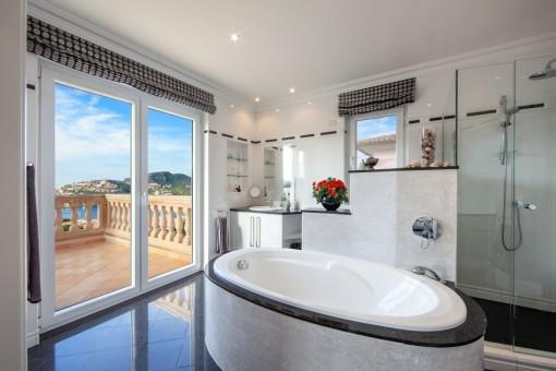 Wonderful, modern bathroom with bathtub