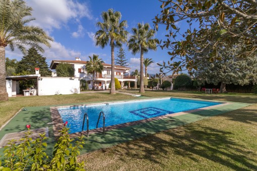 Very large villa with pool and tennis court in Bunyola