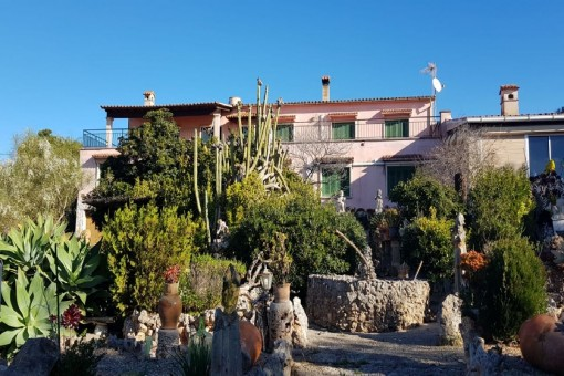Excellent investment possibility- seaview villa requiring renovation with a large plot of land close to Palma