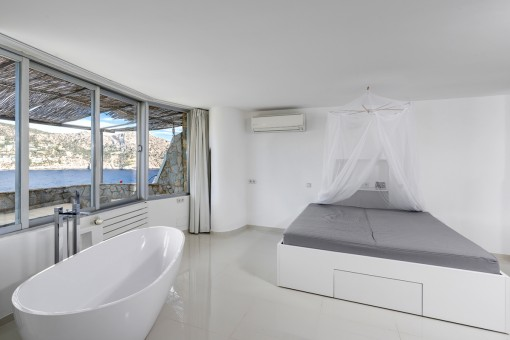 Bedroom with bathtub
