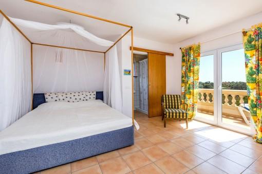 Bedroom with bathroom en suiet and balcony