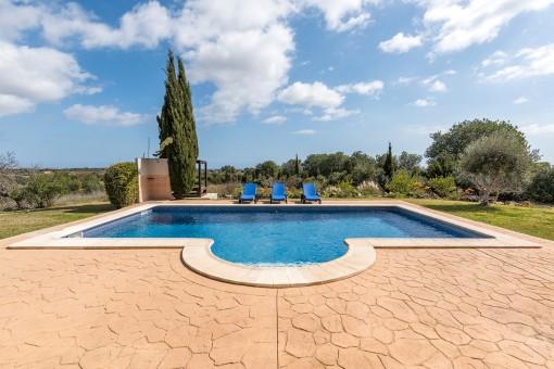 Sehr privat gelegener Pool mit Außendusche