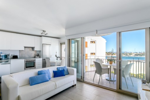 Renovated, first sea-line apartment right on the beach with communal pool in Port Alcudia