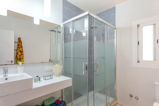One of 2 shower bathrooms