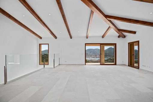 Lightflooded gallery on the upper floor