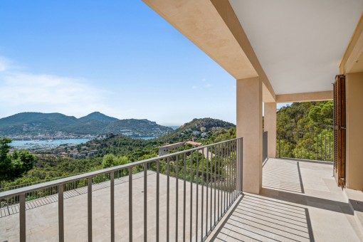 Balcony with sea and mountain views