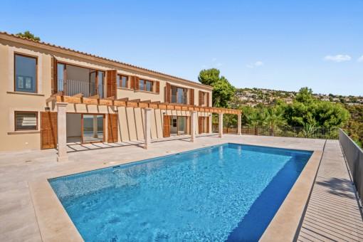 Large sunny pool area