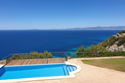 Luxurious villa on the steep coast of Puig de Ros with fantastic views over the bay of Palma