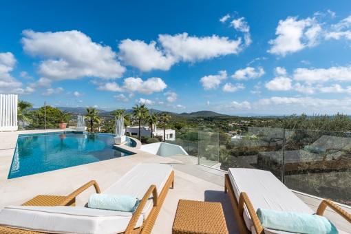 Modern, Mallorcan-style villa with sweeping views in Santa Ponsa