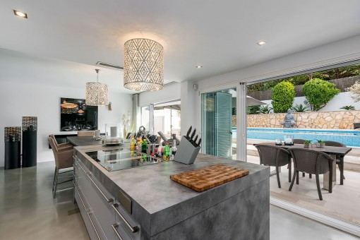 Fully equipped kitchen with access to the pool