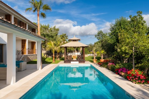 Beautifully laid out pool area