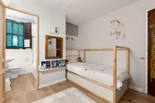 Kids bedroom with bathroom en suite