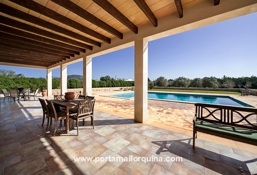 Covered terrace with access to the private swimming pool