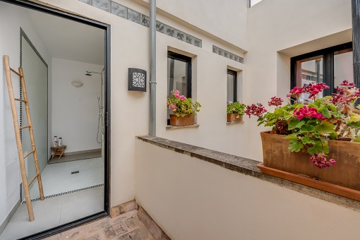 Shower with access to a terrace