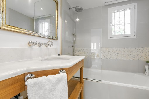 Modern en suite bathrooms
