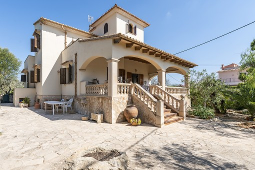 Villa in a sophisticated location in Sa Torre Nova close to the beach and with an adjoining plot of land