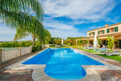 High-quality finca with a large pool, its own vineyard, a fruit plantation and touristic rental licence in Petra