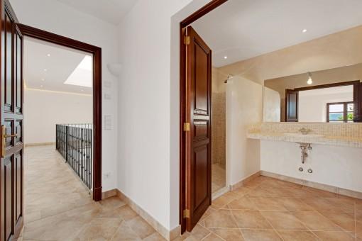 Another bathroom en suite