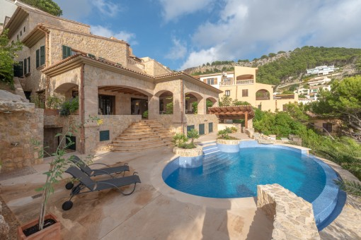 Sunny, luxurious villa on a slope with pool and sea views in Canyamel