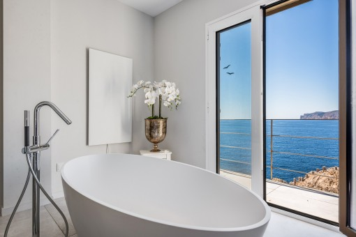 Dreamlike sea view bathtub