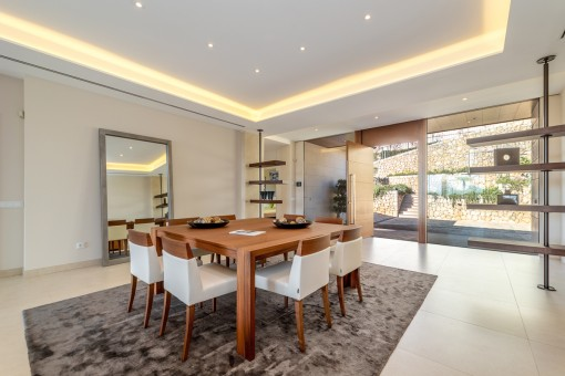 Spacious dining and entrance area