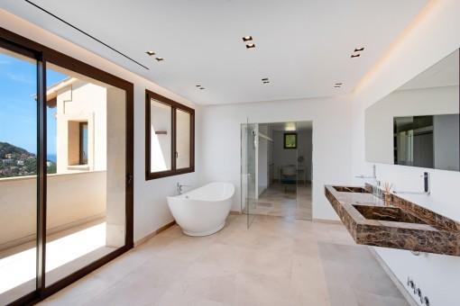 Alternative view of this bathroom