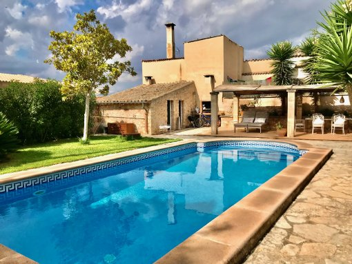 Mallorcan-style town-house with separate guest area, heated pool and hotel license in Sineu